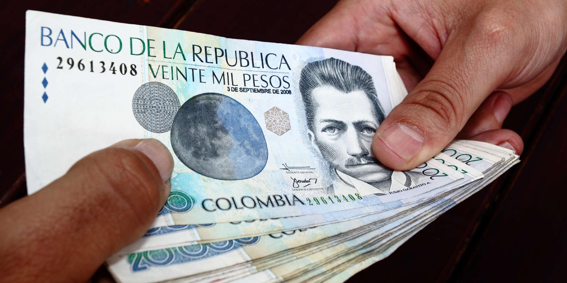 Resultado de imagen para pago con billetes colombianos